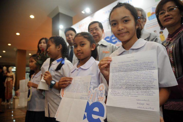 """นายกรัฐมนตรีใช้ """"iSEE App"""" เรียกดู Big Data เด็กยากจนทั้งประเทศ"""